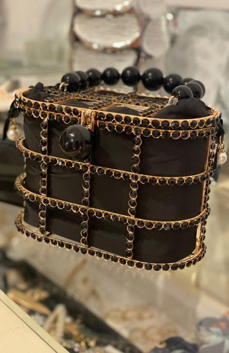 Poseta dana neagra cu aplicatii pietre, o adevarata bijuterie pentru orice tinuta.
