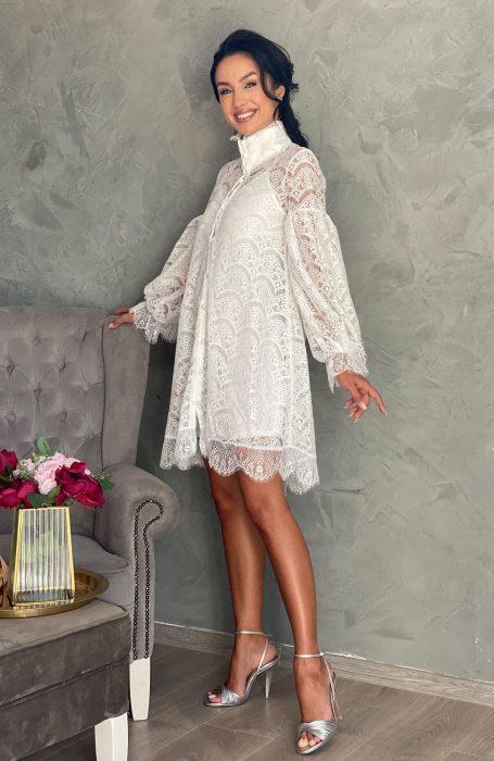 Rochie de cununie alba scurta din dantela pentru viitoare mirese gravide.