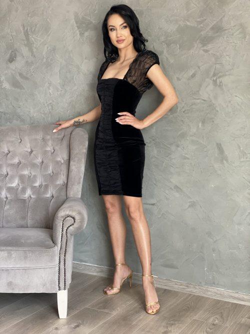 Rochie catifea neagra scurtaeste definitia elegantei. Rochia neagra din catifea este alegerea potrivita pentru participarea la banchetul tau sau ca invitata la o nunta