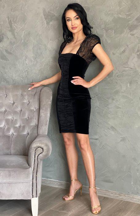 Rochie catifea neagra scurtaeste definitia elegantei.