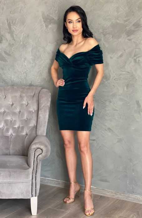 Rochie catifea verde pe corp, definitia elegantei. Imbraca o rochie din catifea eleganta la nunta, botez sau banchet.