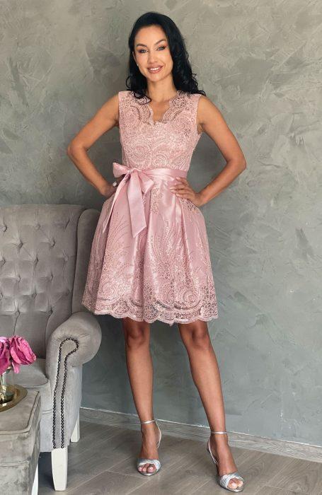 Rochie baby doll din dantela roz este tinuta ideala pentru orice eveniment important la care participi.