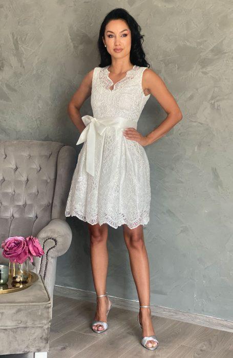 Rochie de cununie alba baby doll este tinuta ideala pentru ziua cea mare. Daca iti doresti o rochie alba de cununie acest model este alegerea inspirata. Rochia alba este din dantela. Dantela are paiete albe aplicate.