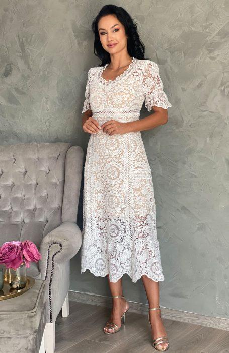 Rochie din dantela alba midi pentru evenimente deosebite. Cu un design sexi dar de o eleganta aparte, rochita midi este alegerea inspirata pentru starea civila sau botez.