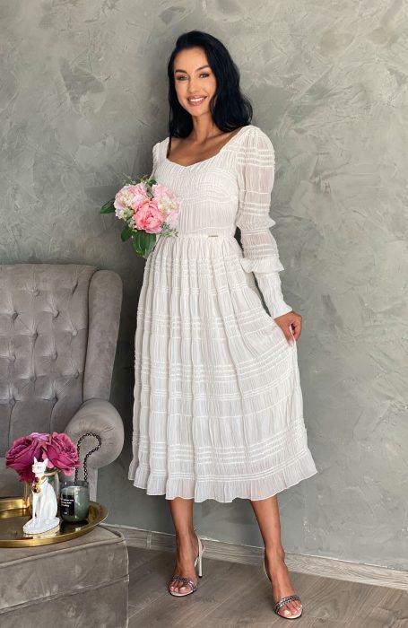 Rochie cununie civila alba cu mansete tinuta perfecta pentru nunta. Rochia midi este alba si este dintr-un material placut la atingere putin elastic.