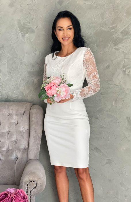 Rochie de cununie alba cu dantela Chantilly - tinuta ideala pentru cununia civila. Rochia cu dantela se inchide la spate cu fermoar si este cu maneci lungi. In talie si la maneci rochia alba pentru cununie are aplicatii margele in culori pastel.