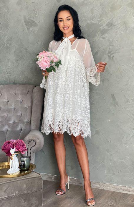 Rochie de cununie alba cu maneci evazate este alegerea inspitata. pentru doamne. Daca iti doresti o rochie de cununie comoda dar eleganta acesta este modelul potrivit.