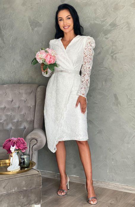 Rochie de cununie midi din dantela albapentru viitoare mirese. Cu un design sexi dar de o eleganta aparte, rochita midi este alegerea inspirata pentru cununie.