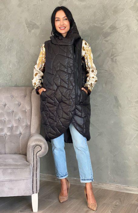 Vesta lunga dama este piesa vestimentara ideala pentru un outfit de toamna.
