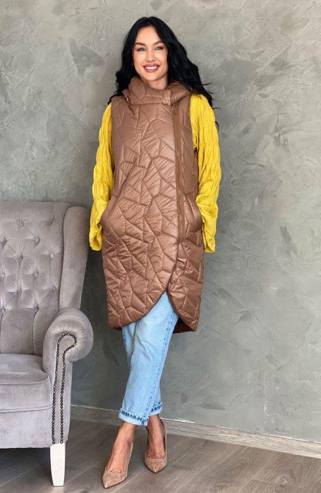 Vesta matlasata dama este piesa vestimentara ideala pentru o tinuta de toamna. Vestele lungi matlasate sunt la mare cautare in sezonul racoros si vin in completarea tinutei tale pentru un look perfect.